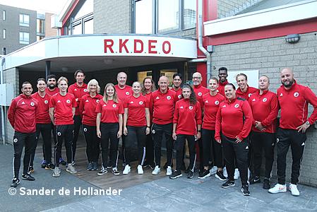 RKDEO selectie trainers tekenen contracten.